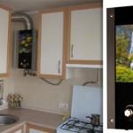 Маленькая кухня с газовой колонкой со встроенным жк экраном