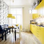 сочетание желтой кухни с черным