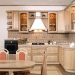 светло коричневая кухня в классическом стиле