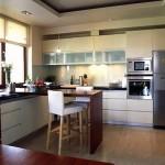 угловые кухни с барной стойкой в современном интерьере