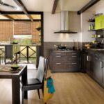 коричнево-зеленая кухня в частном доме