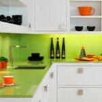 белая кухня с зеленным фартуком